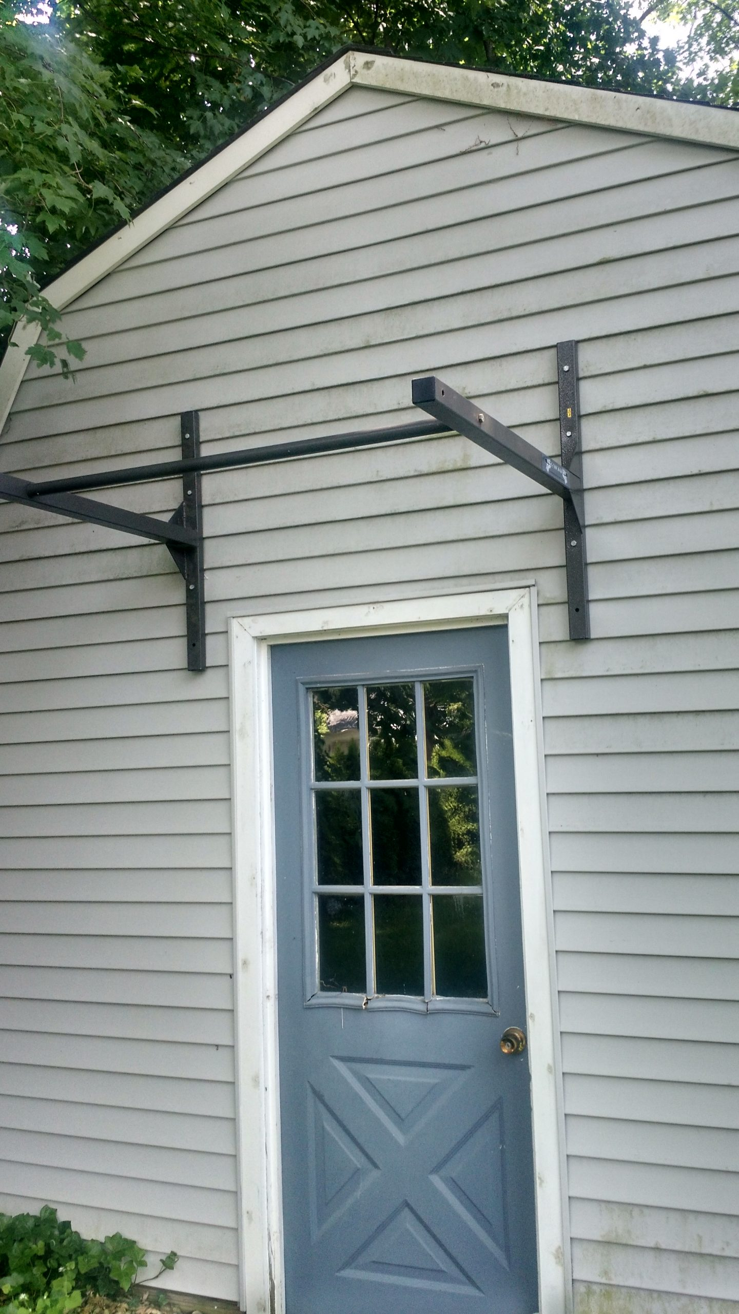 Outdoor pull up bar